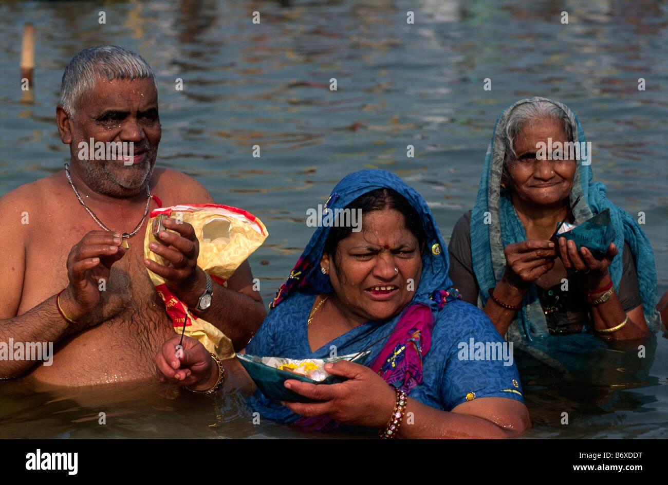 La India, Uttar Pradesh, Allahabad, Sangam, la gente se baña en la confluencia de los ríos Ganges y Yamuna Foto de stock