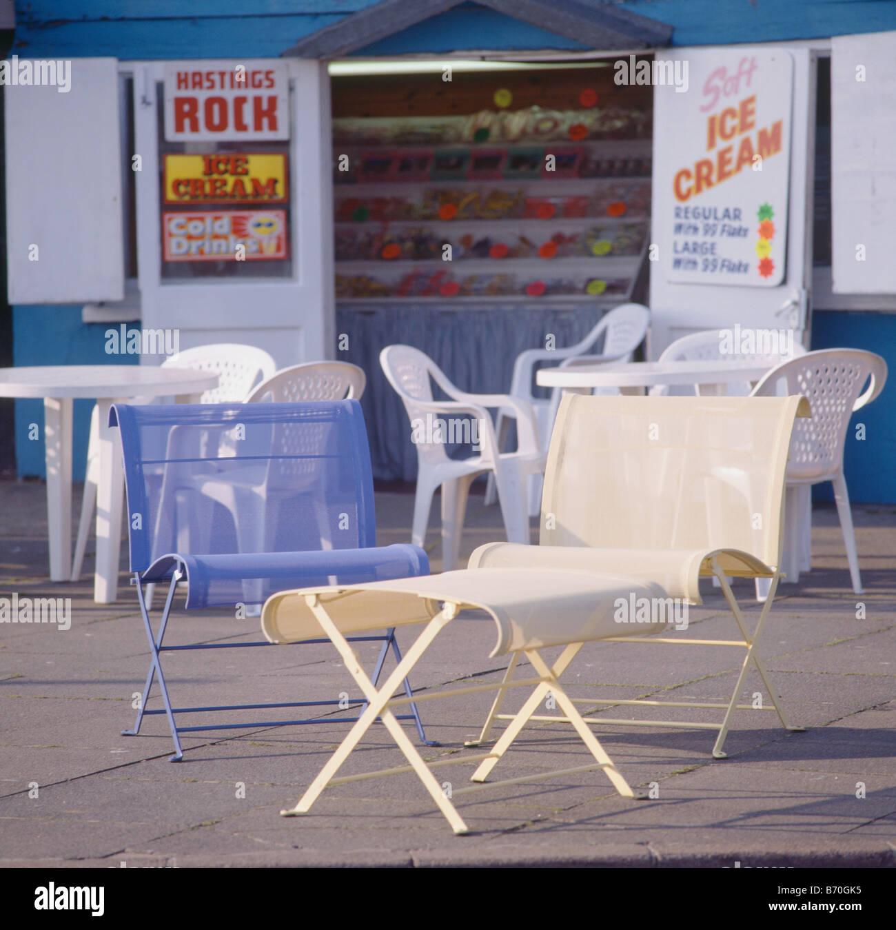 Moderna en tonos crema y muebles de jardín de metal azul fuera de la ...