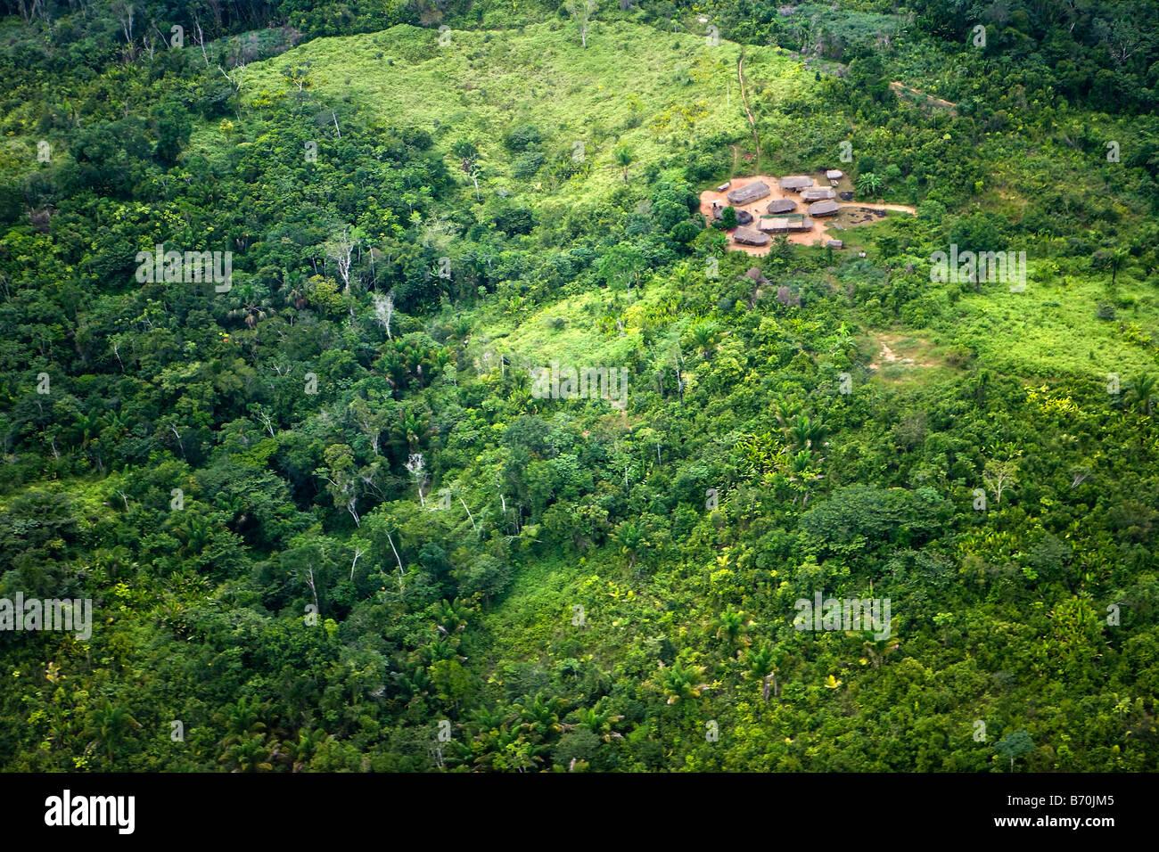 Suriname, Kwamalasamutu, hogar de los indígenas. Vista aérea de algunas cabañas en las afueras de Imagen De Stock
