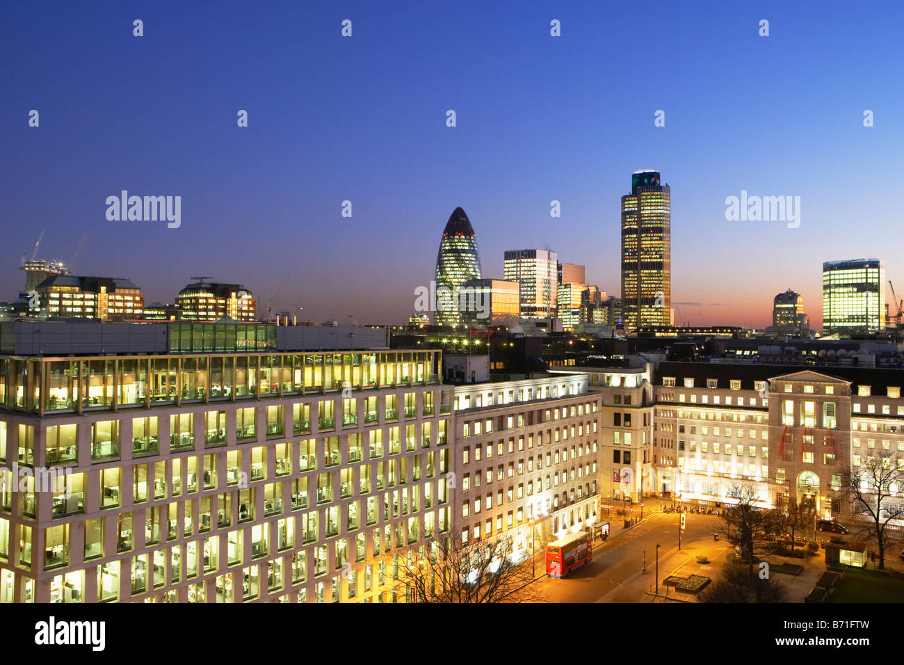 Night Shot de Nat West Tower pepinillo y horizonte de Londres Londres, Inglaterra Imagen De Stock