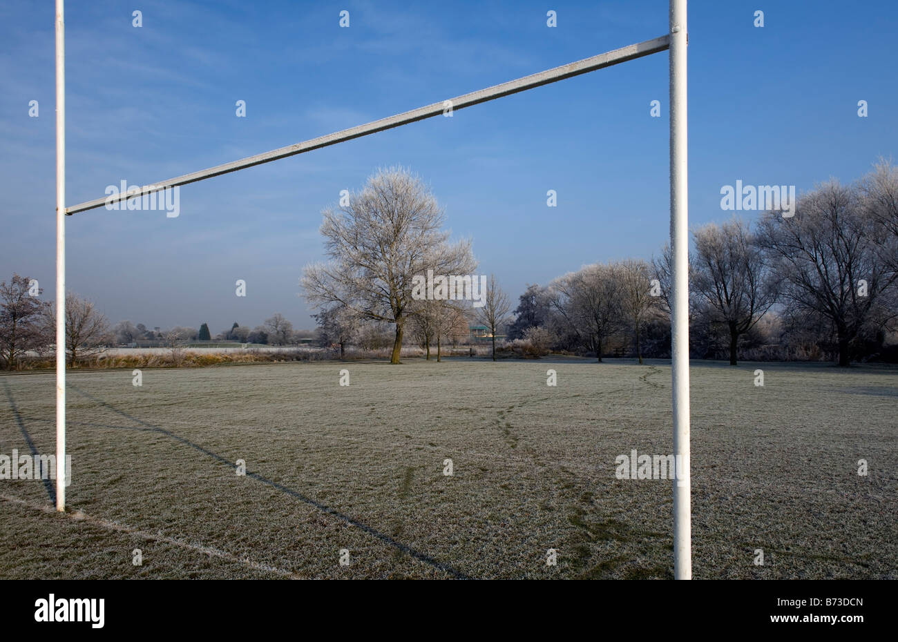 Temprano en la mañana helada cubierta de campo de rugby en Tonbridge, Kent, UK Foto de stock