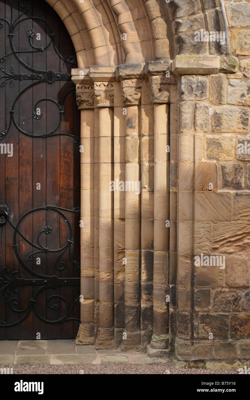 Impresionante Grandes Puertas De Madera Con Arco De Piedra Detallada