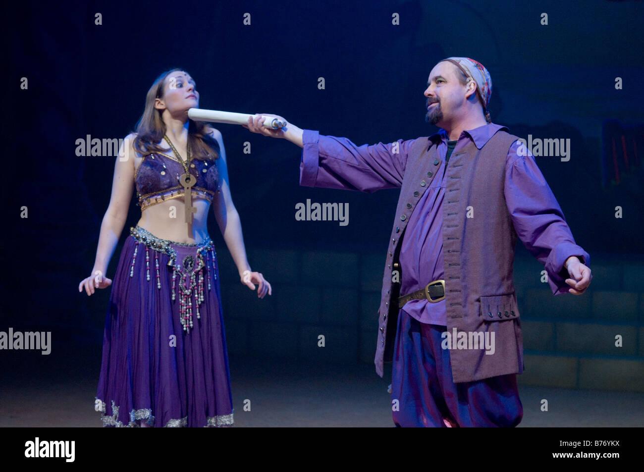 Dos actores en una compañía de teatro amateur realiza Simbad el Marino pantomima Aberystwyth Arts Center de enero Foto de stock
