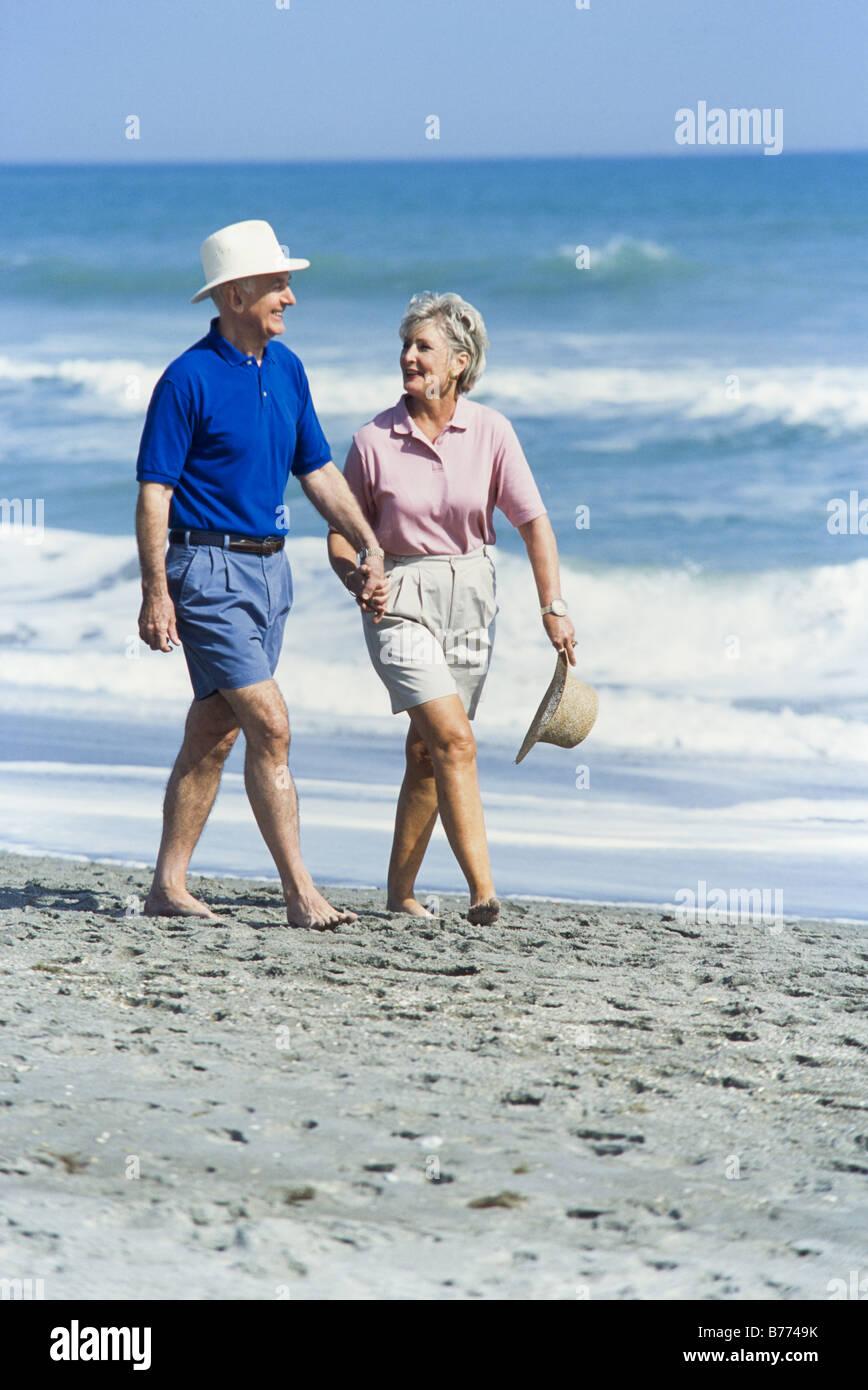 Los ancianos relajándose juntos, caminar en la playa, Miami Imagen De Stock