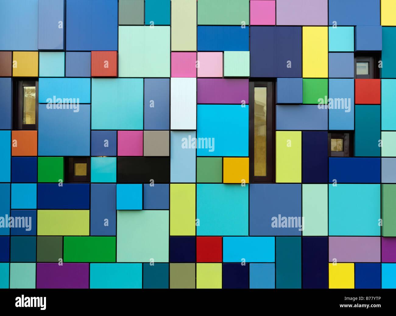 Colorido edificio multicolores se usa como entrada para el garaje en parque de descubrimiento de sincronicidad de Imagen De Stock