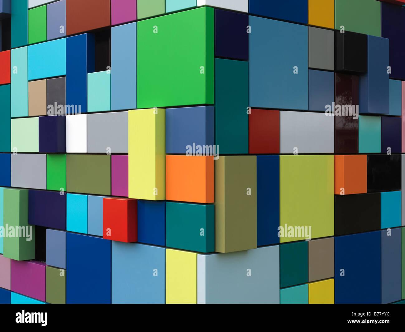 Colorido edificio multicolores se usa como entrada para el garaje en Discovery Park. Sincronismo de color por Margo Imagen De Stock