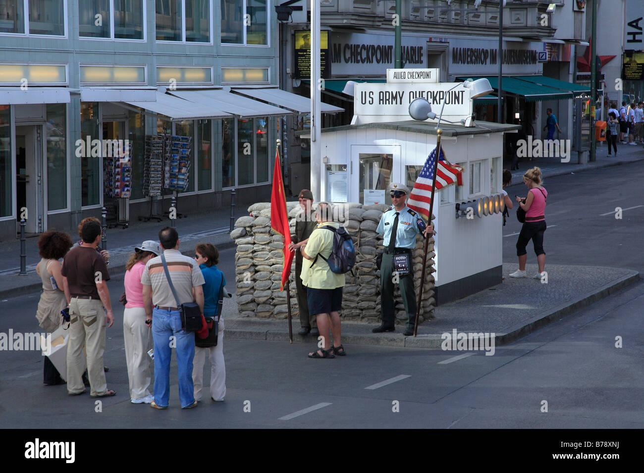 Antiguo Checkpoint Charlie, el centro de la ciudad, cruzar la frontera entre Berlín Occidental y Oriental, Imagen De Stock