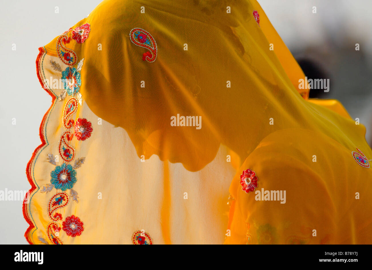 Mujer vistiendo un Sari amarillo, Ram Devra peregrinos festival, Ramdevra, Pokhran, Rajasthan, India del Norte, Imagen De Stock