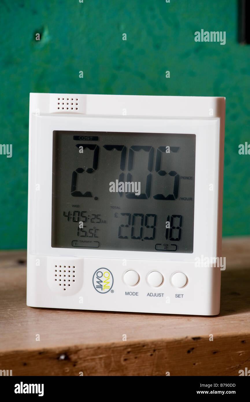 Un dispositivo de pantalla digital inalámbrico para vigilar el consumo de uso de electricidad doméstica Imagen De Stock