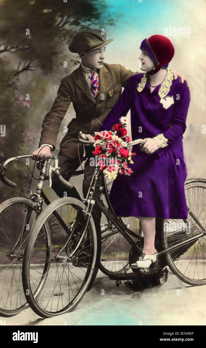Foto histórica, la pareja en un viaje en bicicleta, ca. 1920 Imagen De Stock
