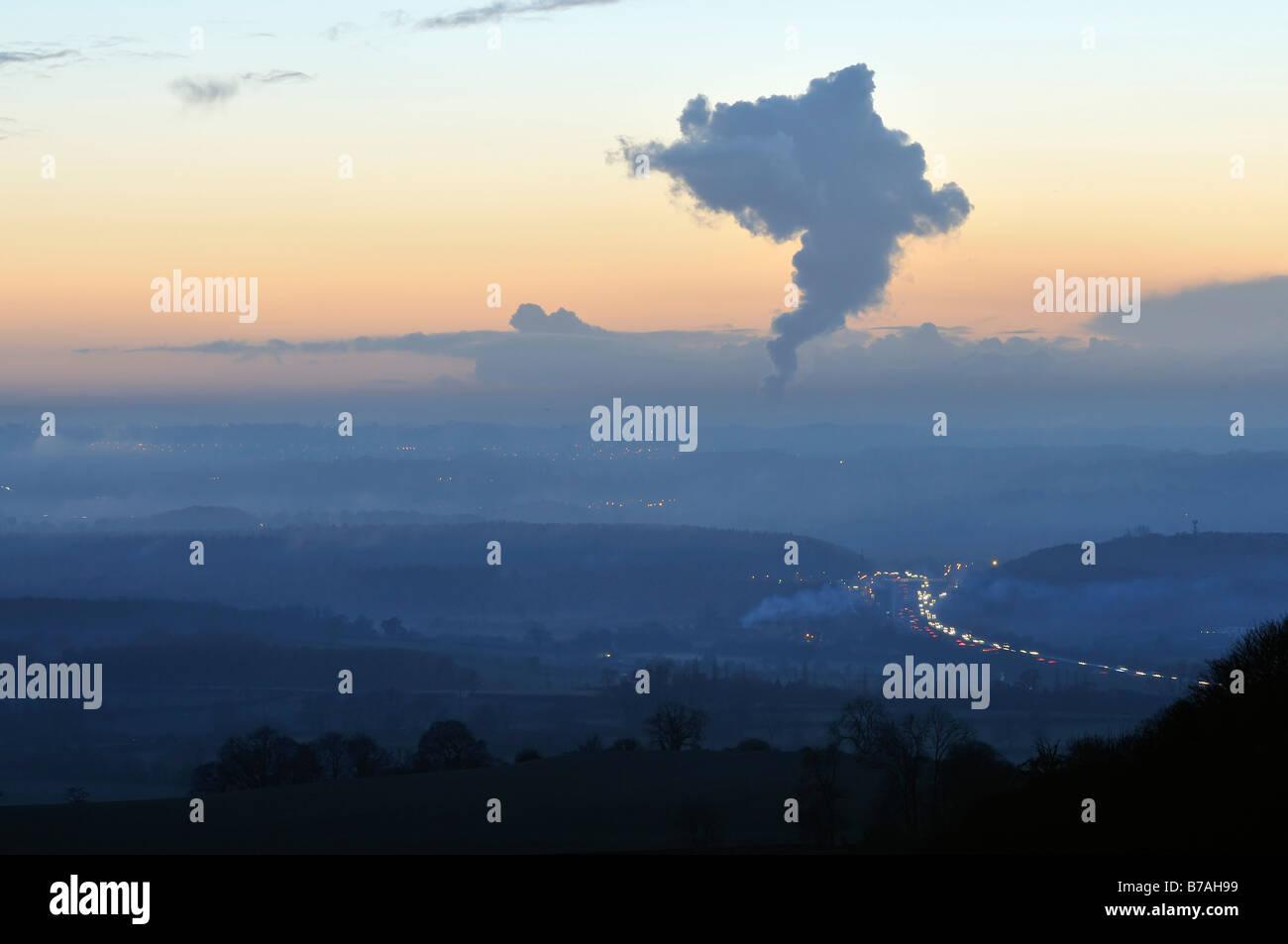 Misty atardecer en autopista M5 con la pluma de calor de Oldbury Estación de Energía Nuclear Foto de stock