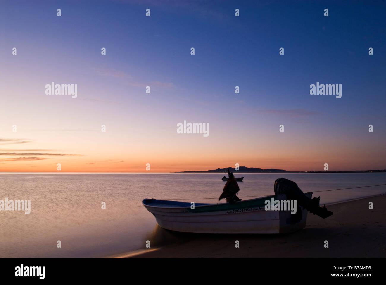 Barco de pesca se sitúa en la costa del Mar de Cortez, en la madrugada de San Felipe, Baja California, México Foto de stock