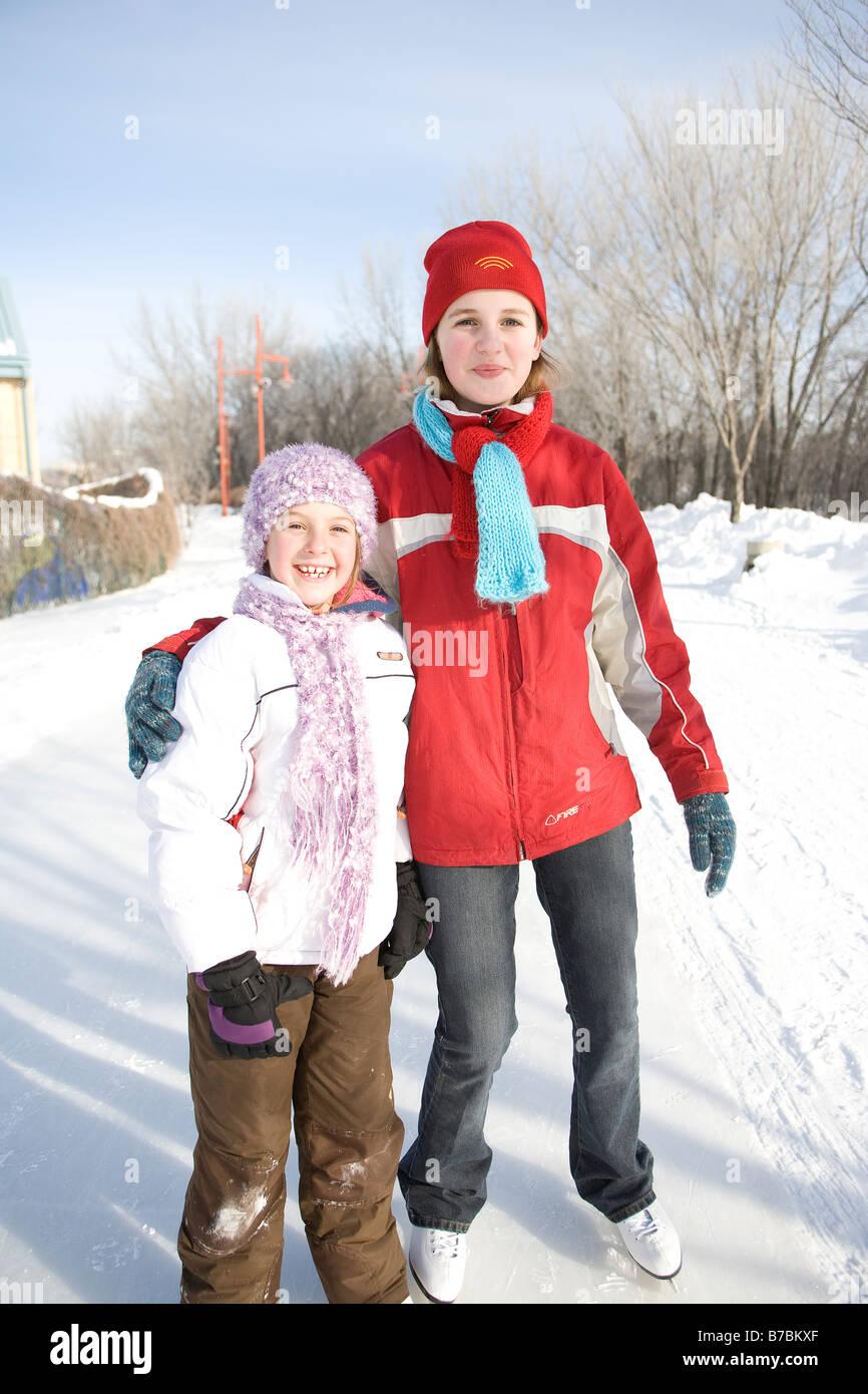 Retrato de 9 y 13 años de edad, las niñas en patines, las horquillas, Winnipeg, Canadá Foto de stock