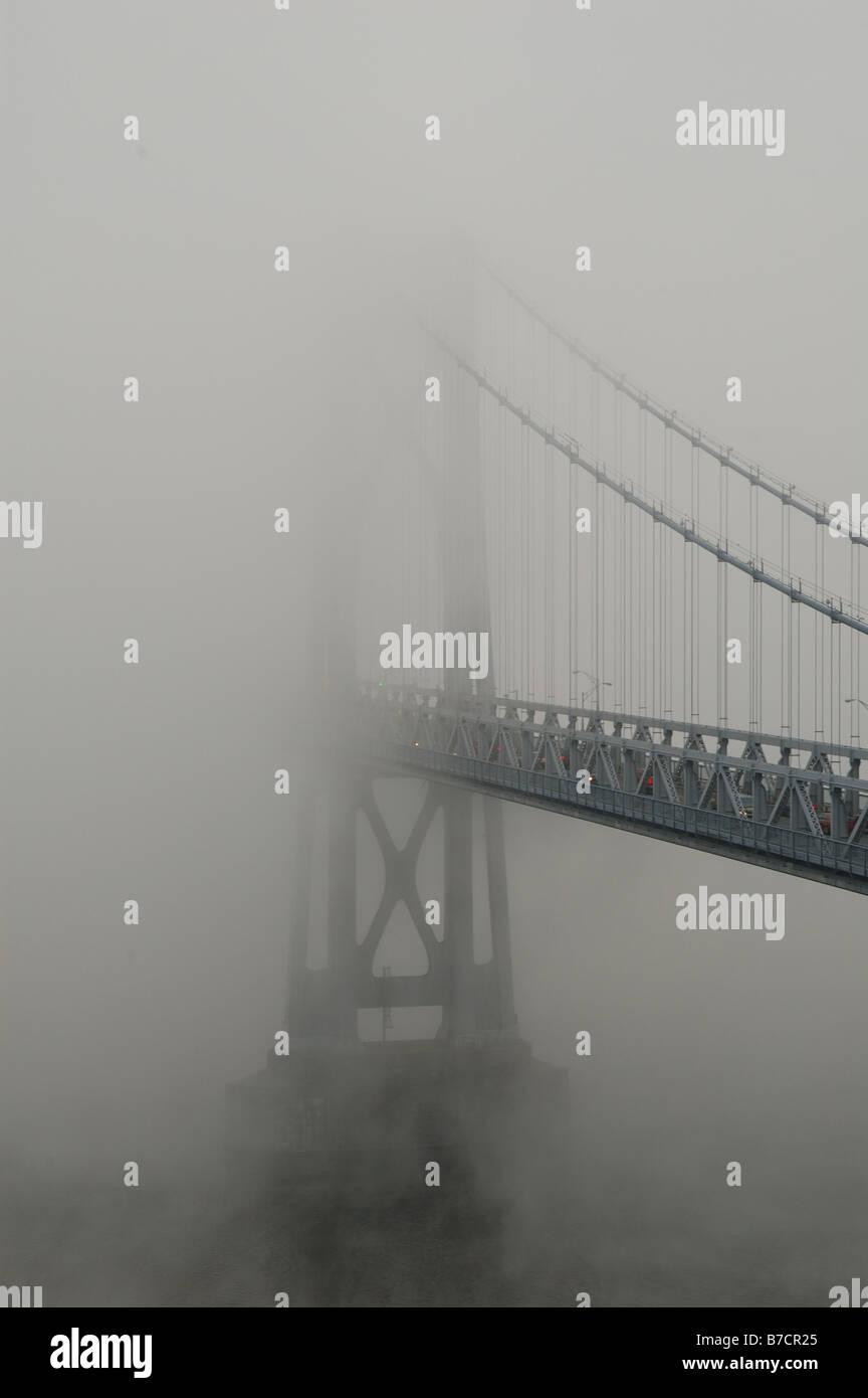 Puente Mid-Hudson envuelta en la niebla. Foto de stock