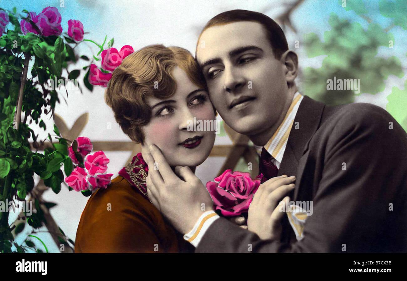 Tierno abrazo en verano con rosas Imagen De Stock