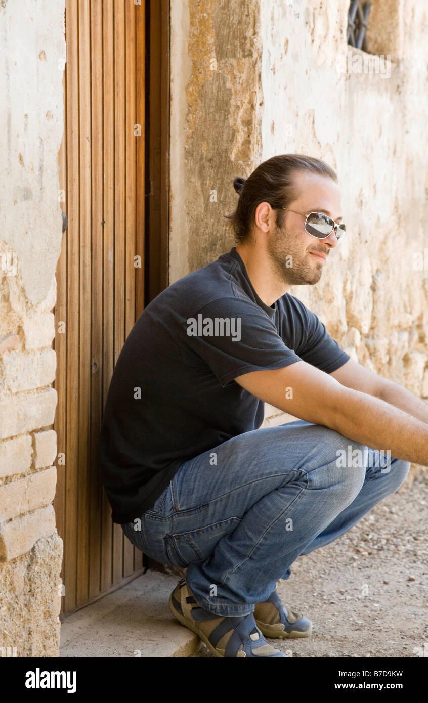 Hombre agacharse por una puerta Imagen De Stock