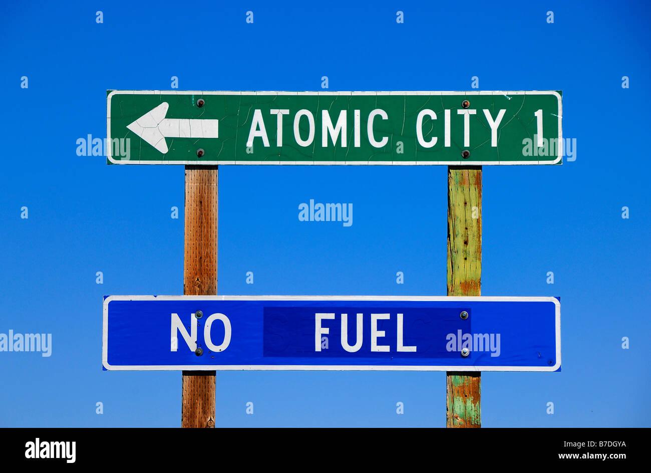 Señal de carretera humorístico, cerca del pueblo de la ciudad atómica en Idaho, Estados Unidos de Imagen De Stock