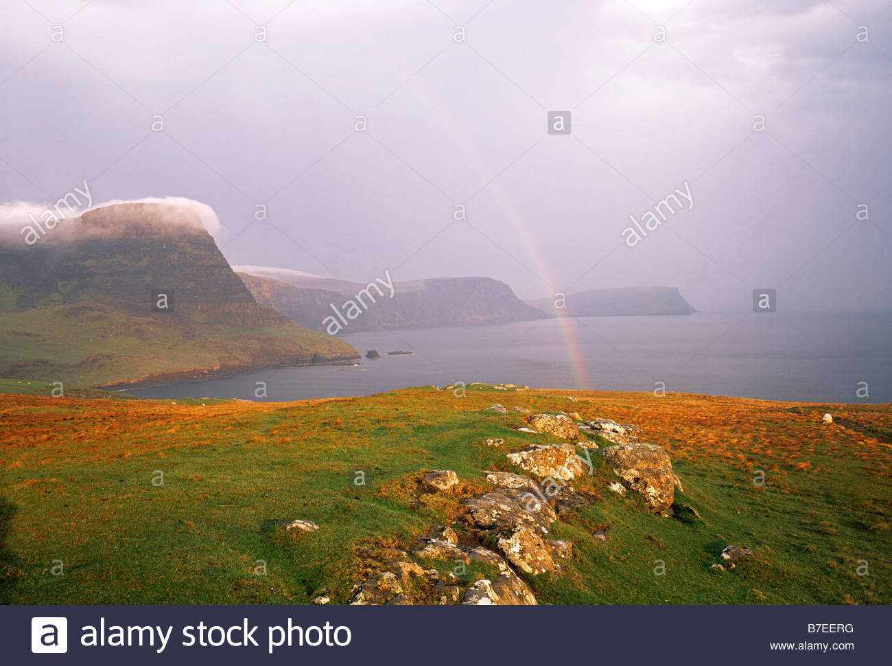 Cabeza WATERSTEIN MOONEN y bahía de la isla de Skye Highland Foto de stock