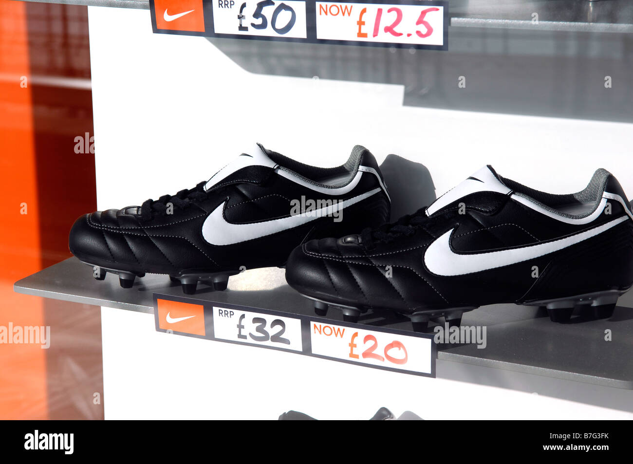 Botas de fútbol nike calzado zapatos de fútbol ventana pantalla reducida  compañía americana moda retail tienda niketown 4b09e31cb662f