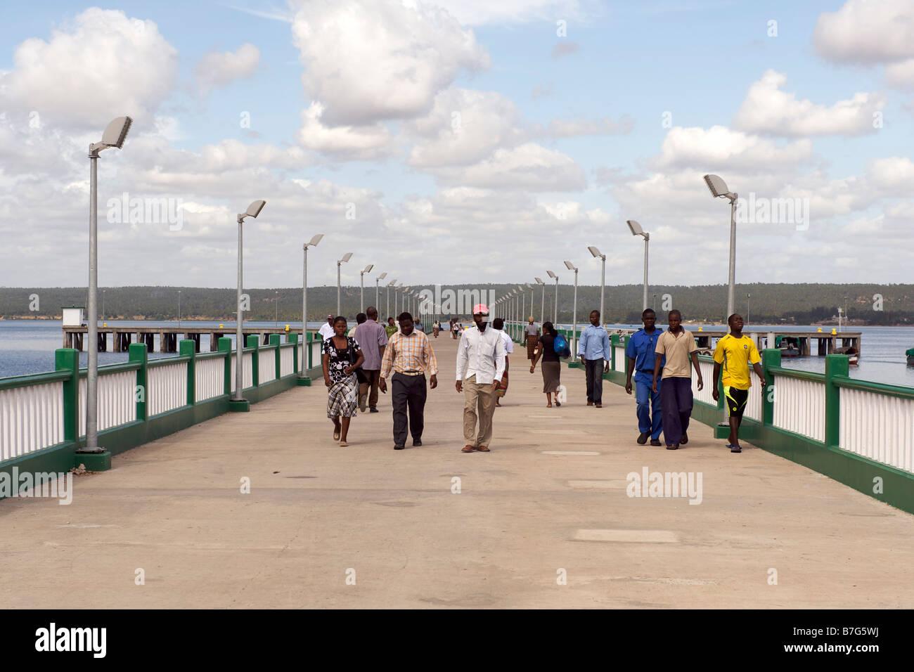 Los peatones en el muelle en la ciudad de Inhambane, en Mozambique. Imagen De Stock