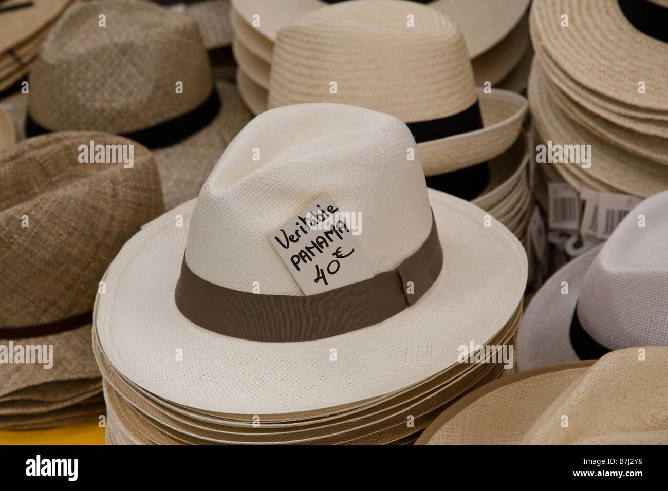 Una selección de sombreros para la venta en un puesto en el mercado ... b4a797dafcd