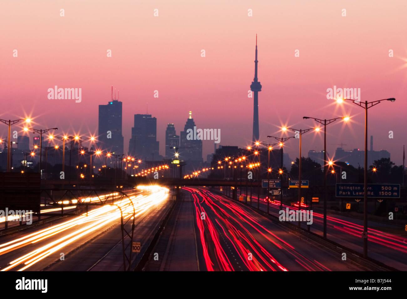 Vista del horizonte de Toronto desde arriba Queen Elizabeth Way highway durante el inicio de la hora punta de tráfico, Imagen De Stock