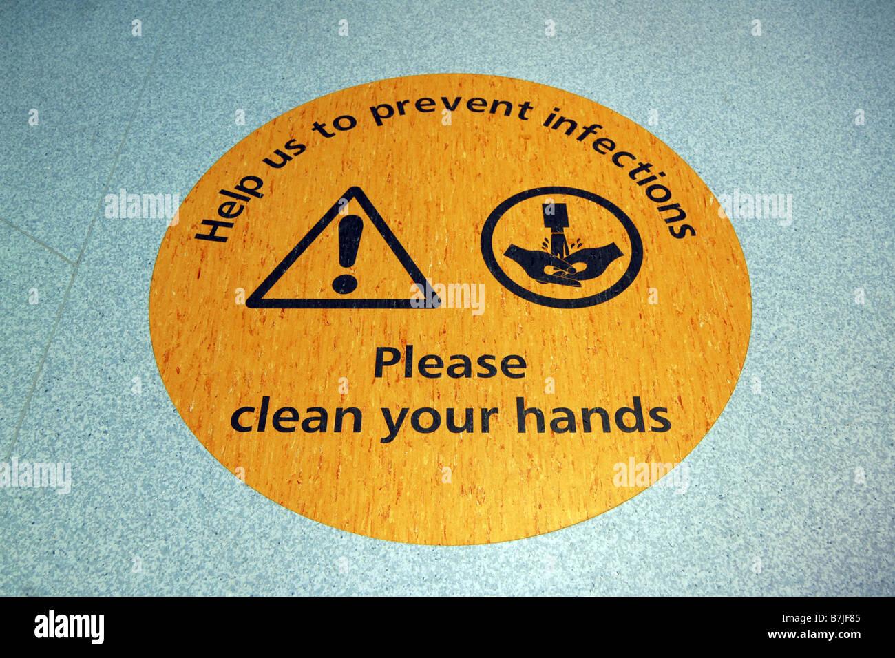 Un suelo firme en un hospital de Yorkshire recuerda a los funcionarios públicos y a lavarse las manos para detener la propagación de la infección Foto de stock