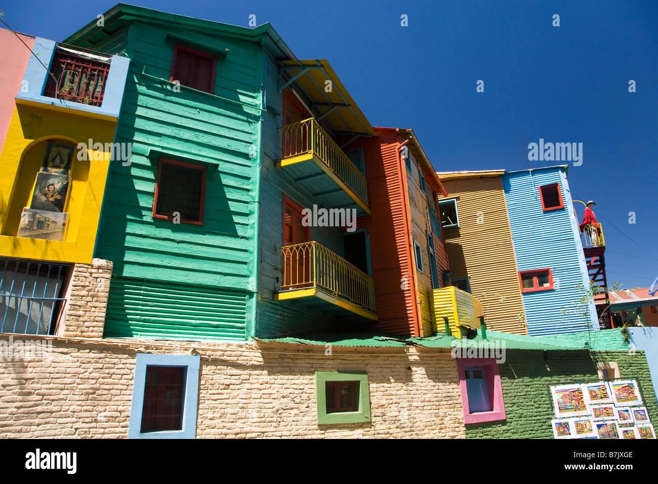 Colorido colorido pintado de madera y hierro corrugado casas en La Boca Buenos Aires Argentina América del Imagen De Stock