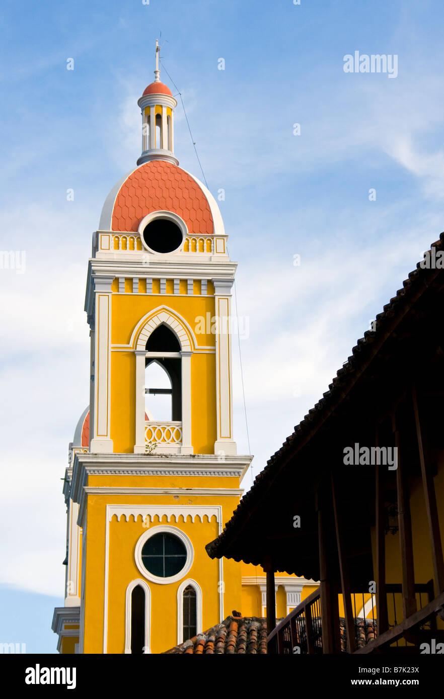 Arquitectura colonial Granada, el campanario de la Catedral y el Hotel La Gran Francia fachada Imagen De Stock