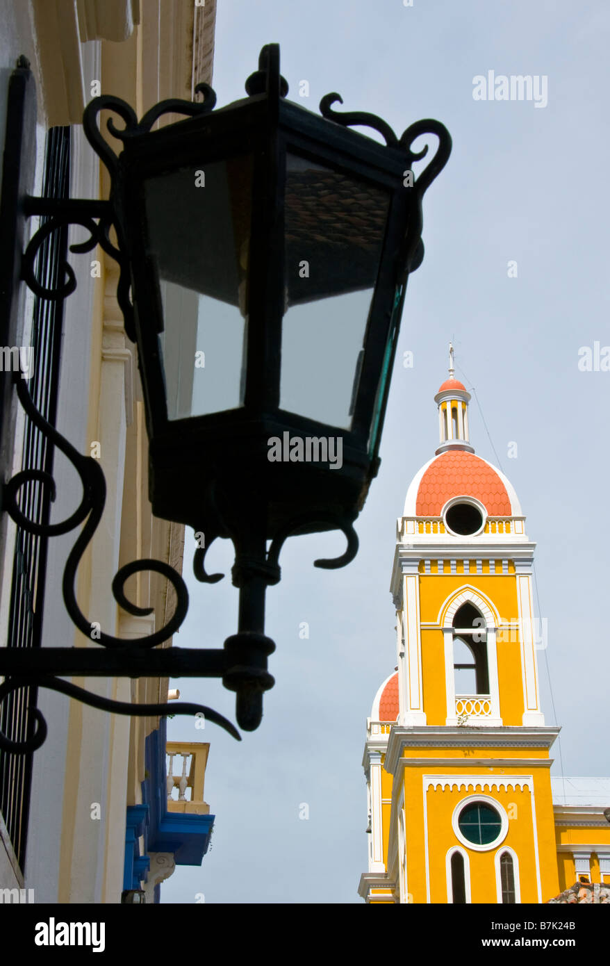Arquitectura colonial Granada, el campanario de la Catedral y el Hotel La Gran Francia lámpara Imagen De Stock