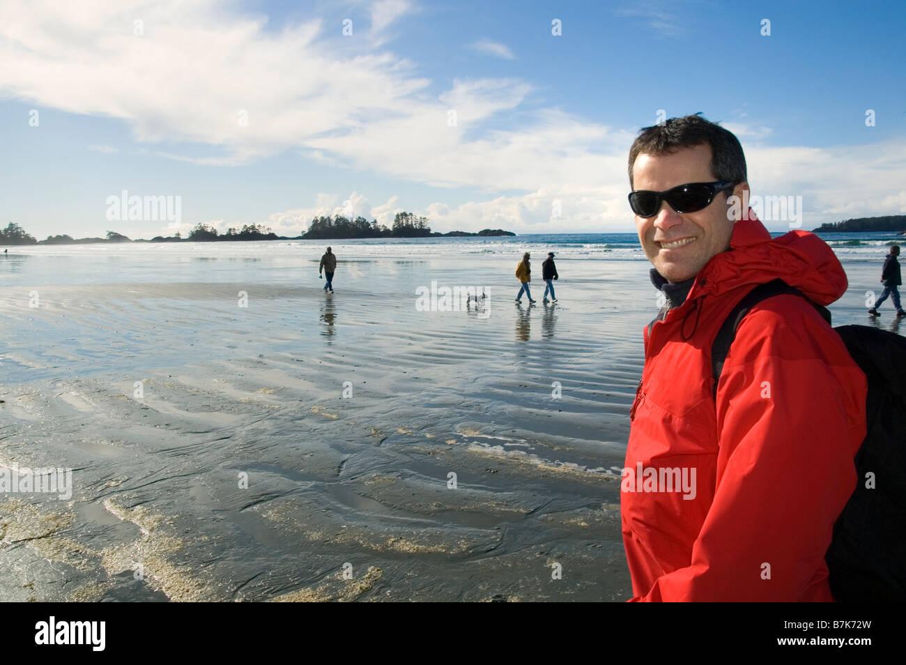 Hombre paseando por la playa, la playa Chesterman, Tofino, Isla de Vancouver, BC Imagen De Stock