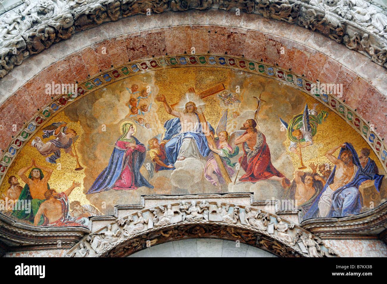 Fresco mosaico sobre la fachada de la Basílica de San Marcos, la ...