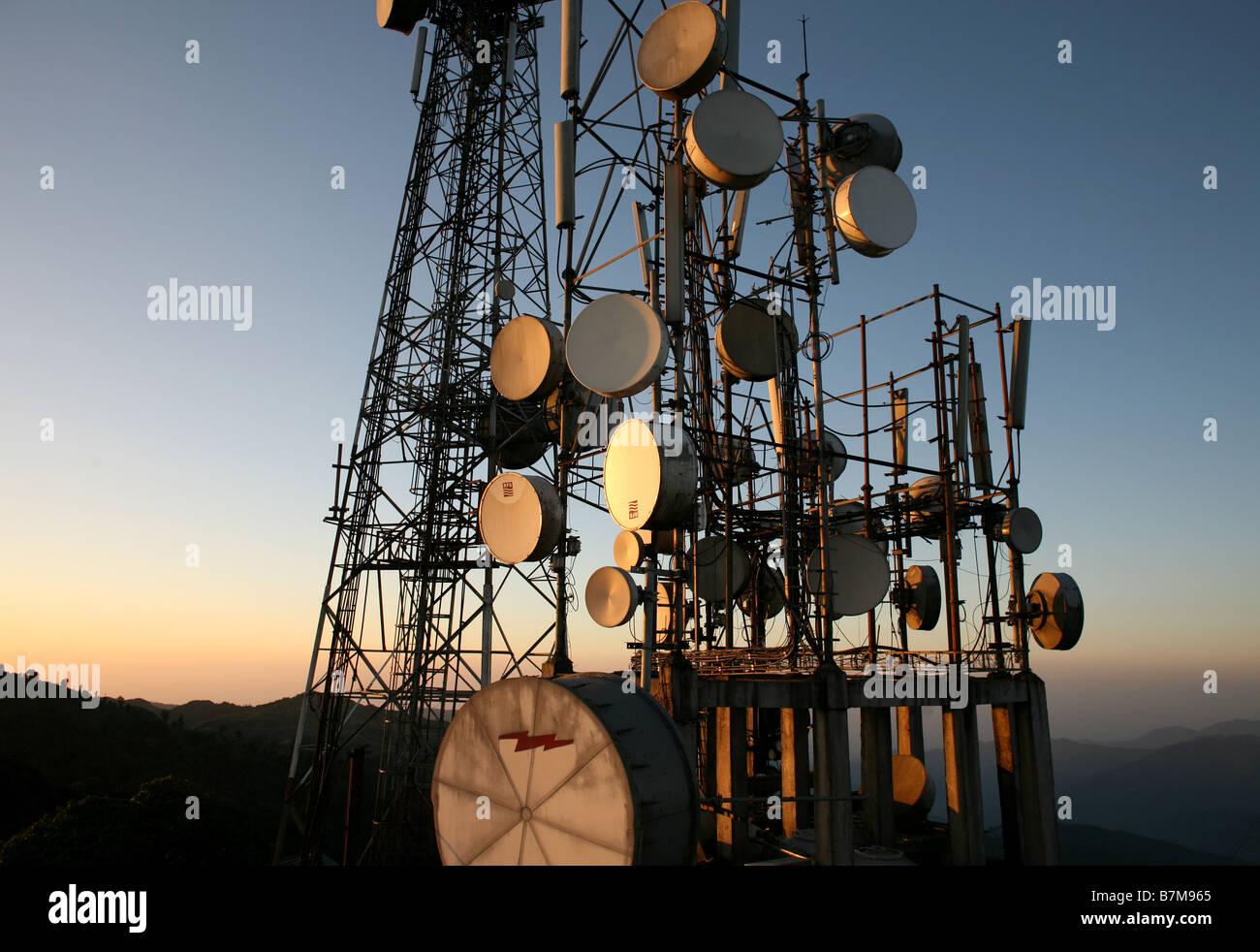 Las antenas parabólicas y los transmisores en el Himalaya. Imagen De Stock