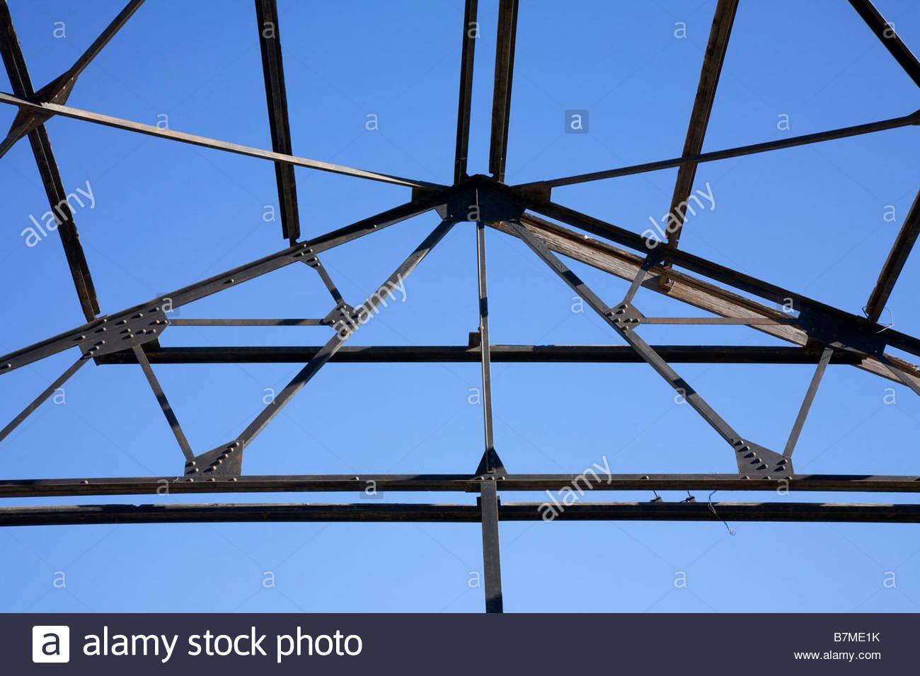 Bastidor de acero contra el cielo azul esbozó algunas maderas Imagen De Stock