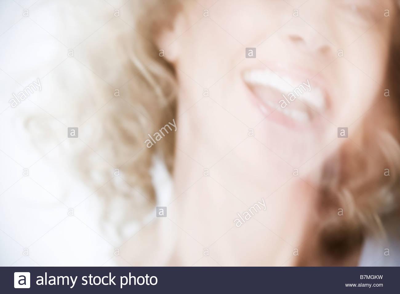 Una atractiva mujer de edad riendo Imagen De Stock