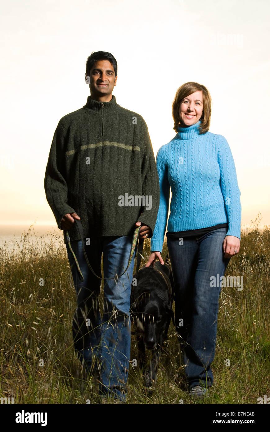 Par caminar perro afuera al atardecer en California en la colina Foto de stock