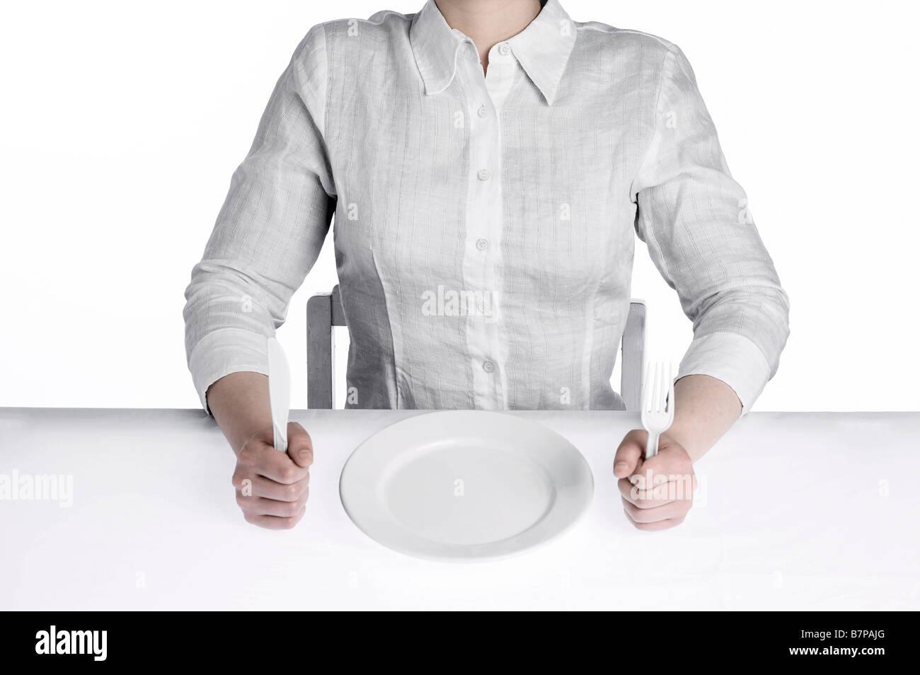 Las mujeres pedían alimentos, sentado en la mesa de comedor estériles Foto de stock