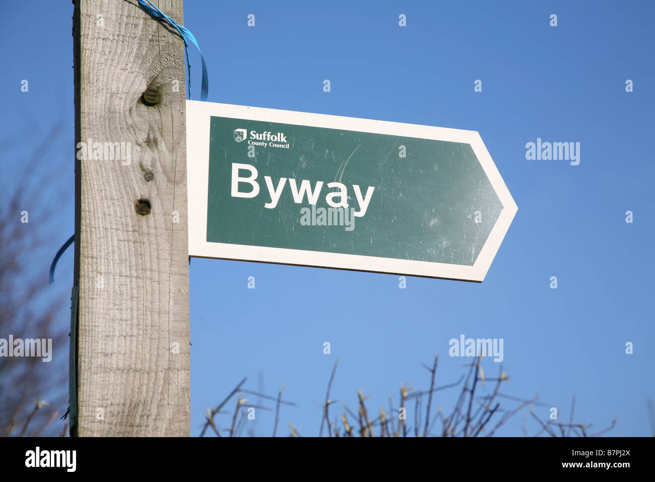 Signpost y firmar la flecha de desviación pública contra el cielo azul Imagen De Stock