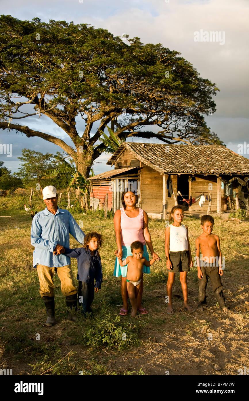 Trabajador agrícola nicaragüense con la familia a su arrendatario casa rural en el departamento de Rivas Imagen De Stock