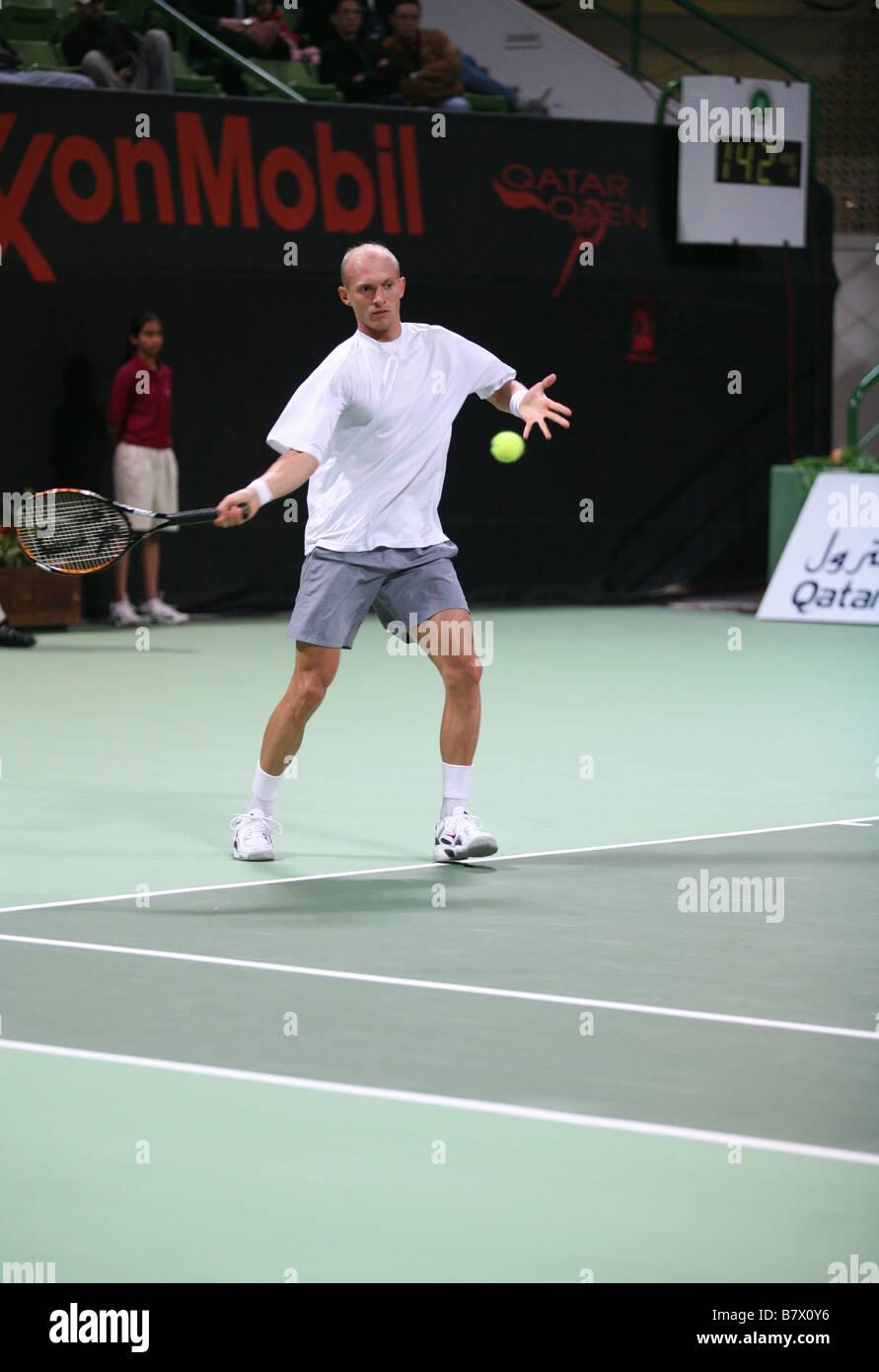 Estrella ruso Nikolay Davydenko jugando en Doha (Qatar) el 5 de enero de 2007 en Qatar en el Torneo Abierto de Tenis de ExxonMobil Foto de stock