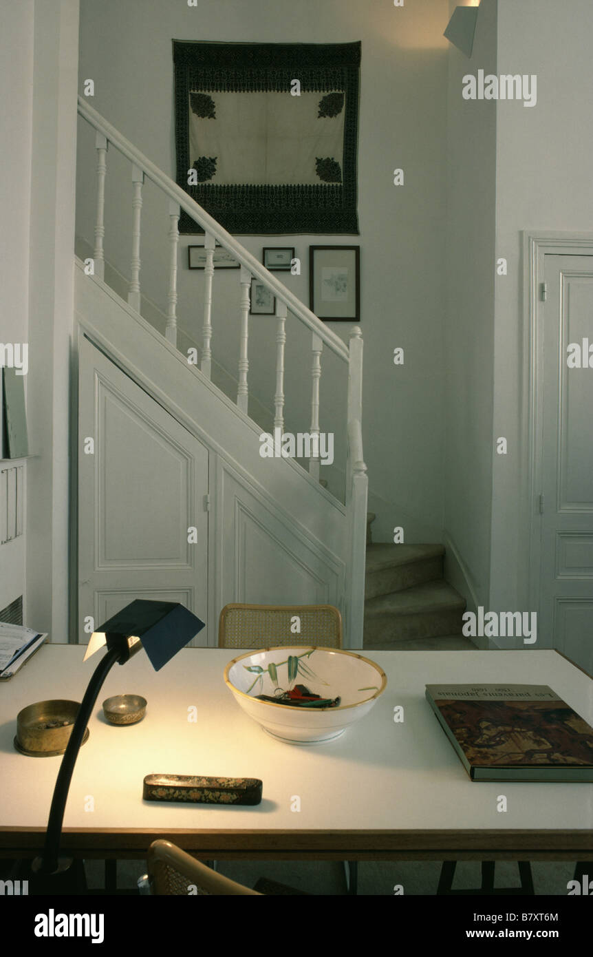 Moderna lámpara encendida en el cuadro blanco en el pequeño salón ...
