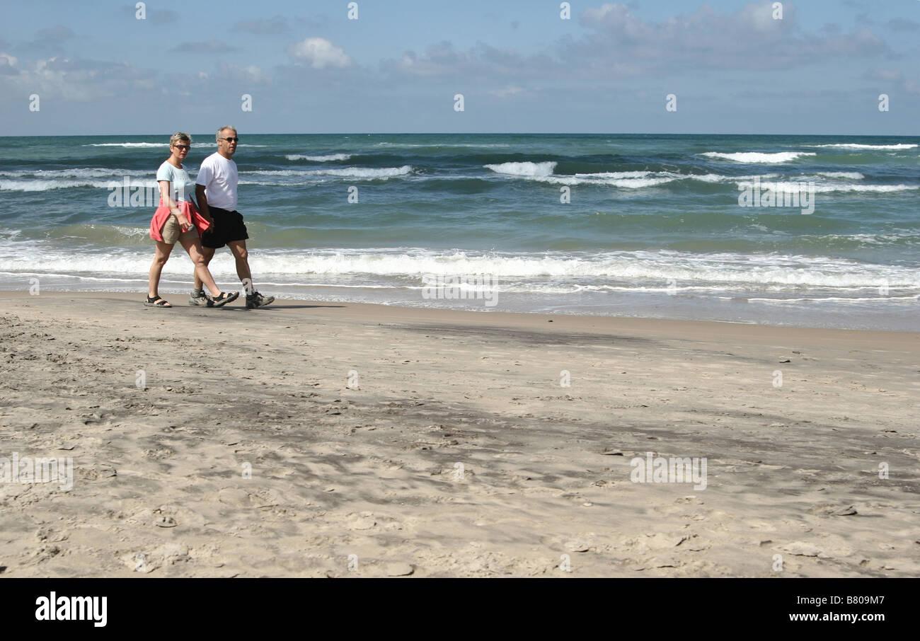 En la playa coiuple en Dinamarca (west coast en Loekken), senior par Imagen De Stock