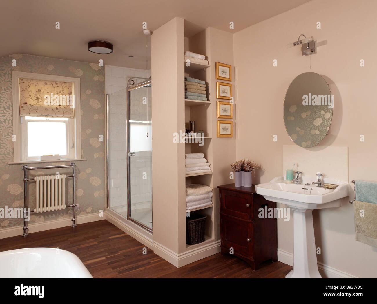 Cuarto de baño con ducha de estanterías y piso de madera ...