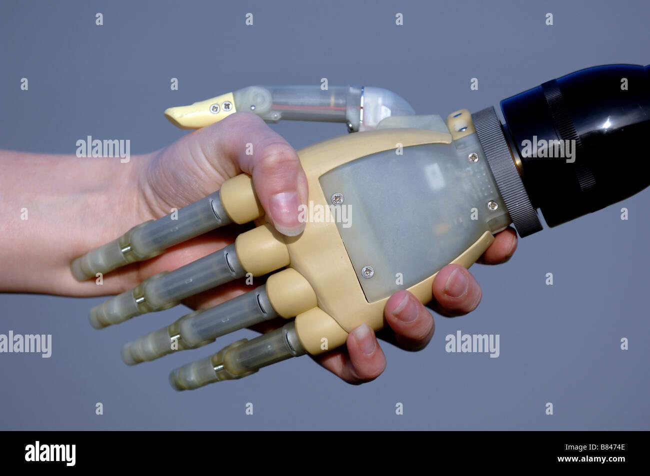 Bionic manos de amputados. Cada dígito se puede mover. Imagen De Stock