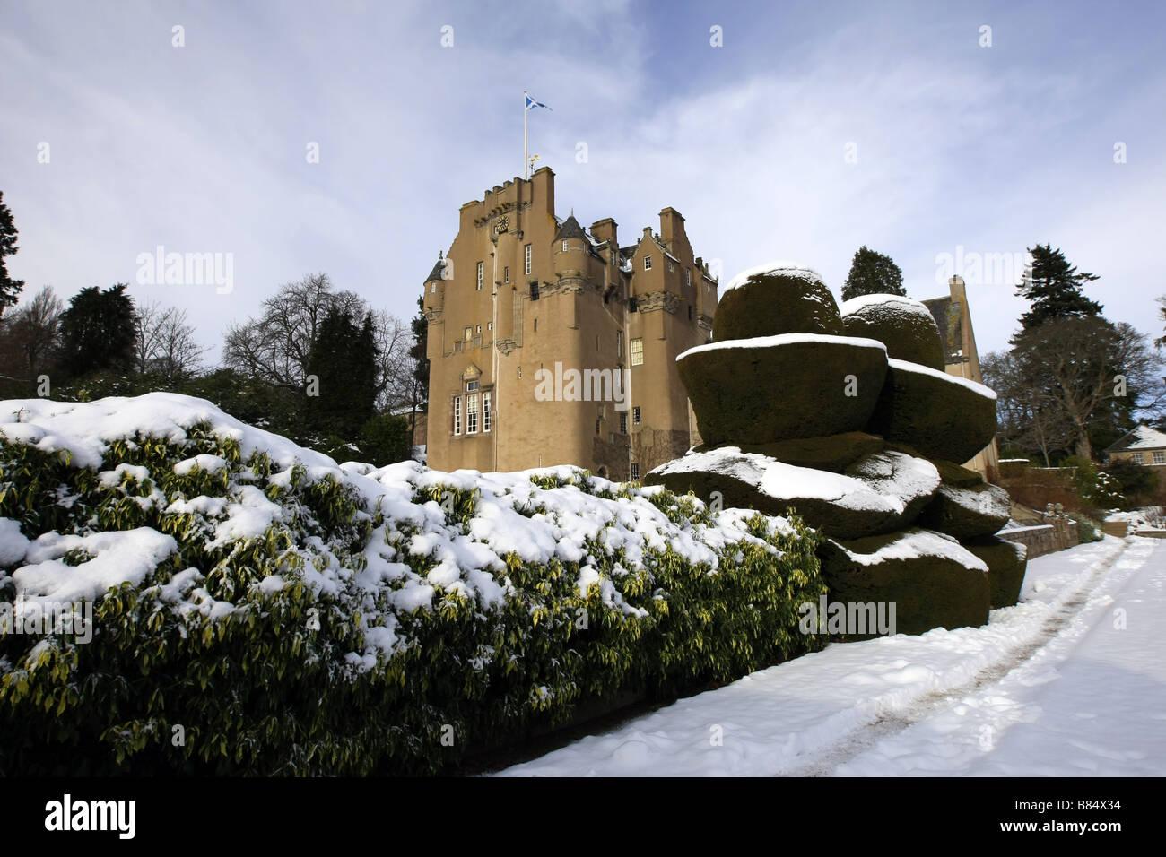 Vista exterior del castillo de Crathes y terrenos cerca de Banchory, aberdeenshire, Escocia, Reino Unido, cubierto Imagen De Stock
