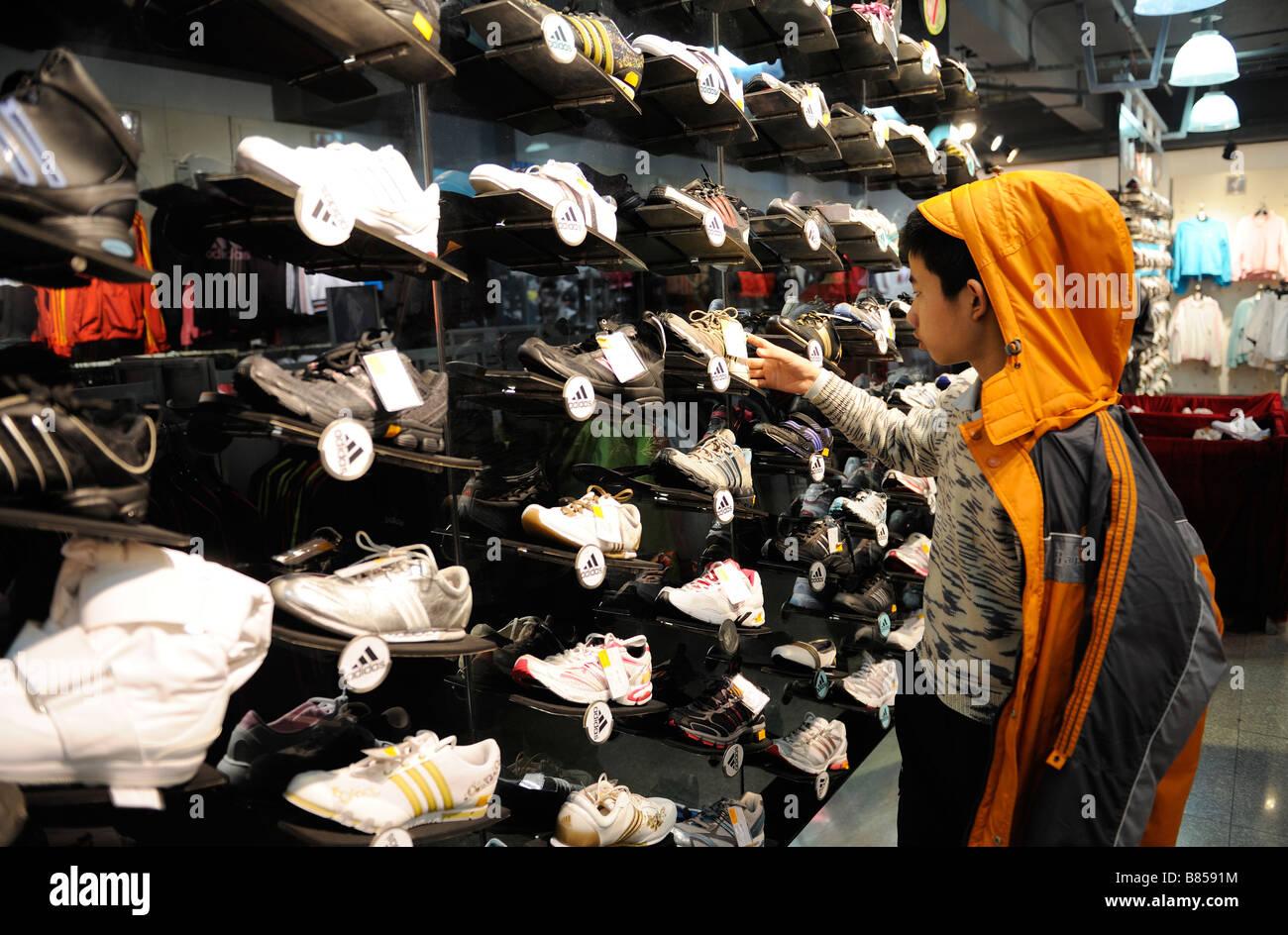 on sale 8c4a7 08bee Adidas zapatos están a la venta en un almacén en Beijing China 11-Feb-