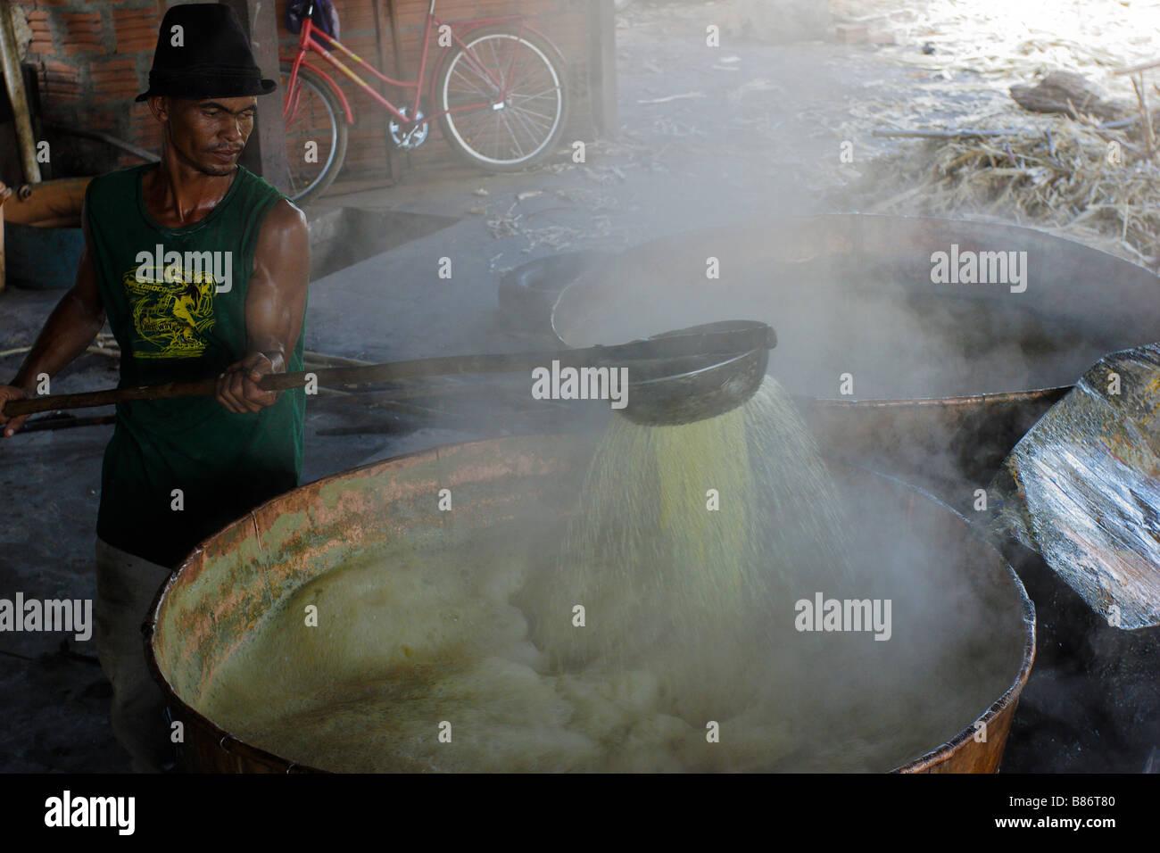 Alambique de cachaça alembic producción de rapadura disco cuadrado de azúcar marrón Januária Minas Gerais Brasil Foto de stock