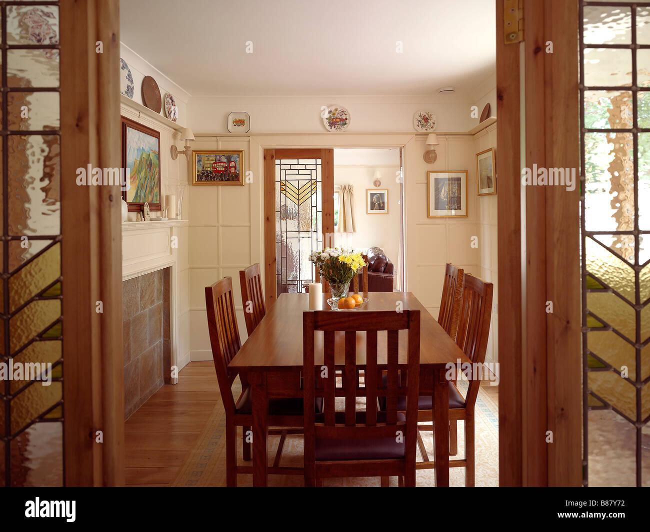 Comedor con puertas de cristal y mesa de comedor Foto & Imagen De ...