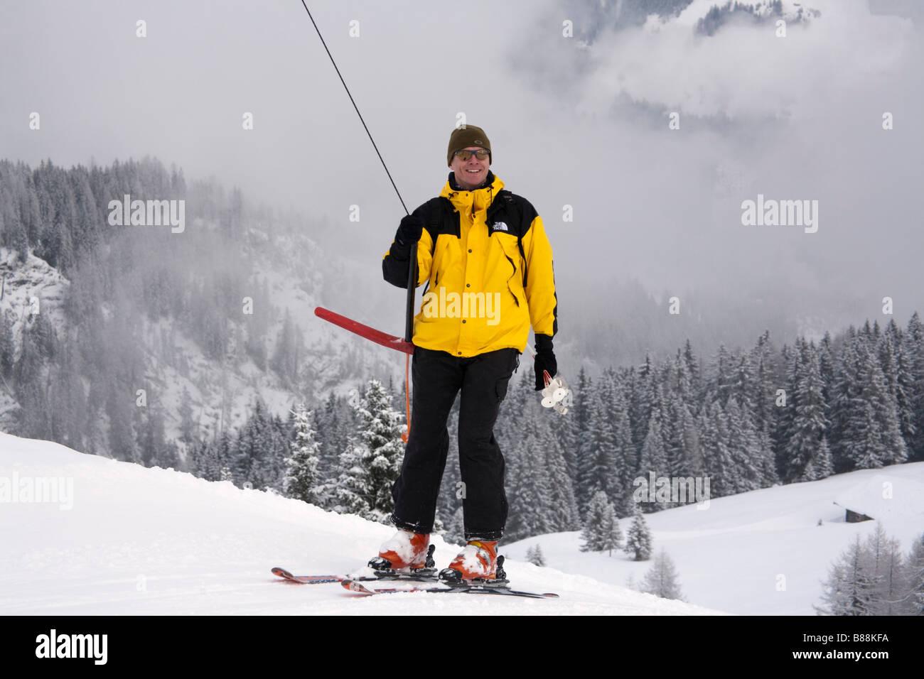 Rauris Austria Europa esquiador en un T-bar Ski Tow en alta montaña en resort en Alpes austríacos en invierno Rauriser Hochalmbahnen Foto de stock