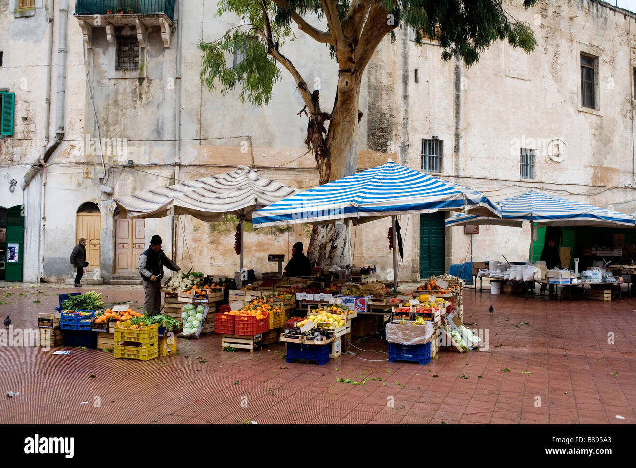 Los puestos de mercado en Monopoli, en el sur de Italia. Foto de stock